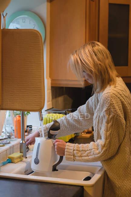 Frau wäscht Glas zu Hause in der Küche — Stockfoto