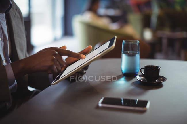Mittelteil der Geschäftsleute mit digitalem Tablet im Büro — Stockfoto