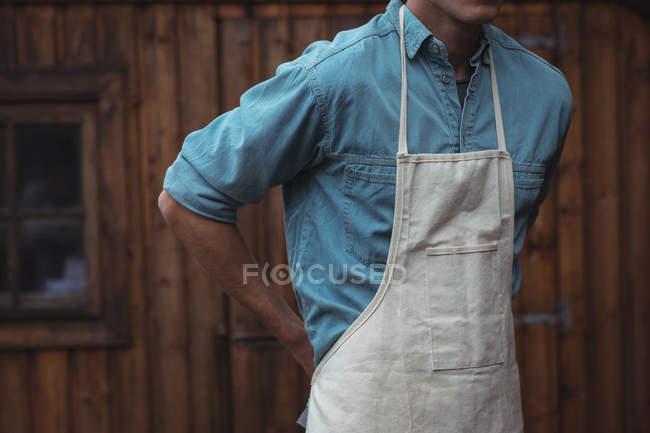 Середині розділі чоловік, одягнений фартух вдома пивоварня — стокове фото