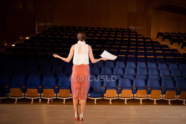Femmina business executive pratica discorso al centro congressi — Foto stock