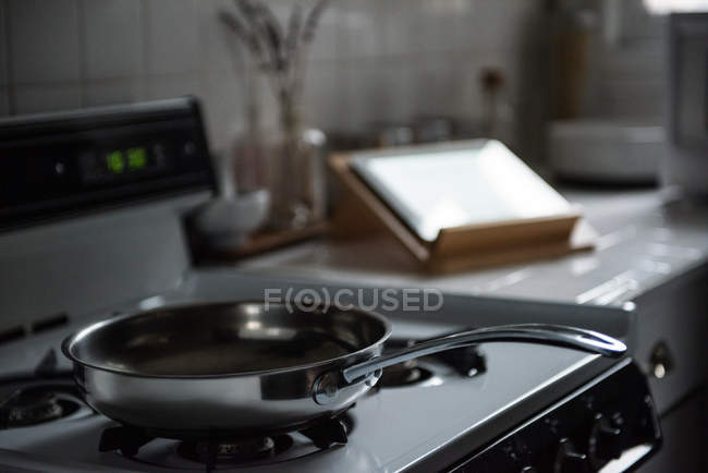 Закри каструлю з газовою плитою кухні в домашніх умовах — стокове фото