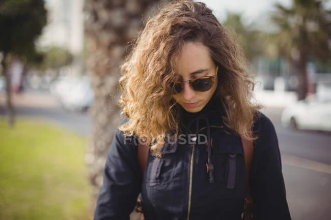 Nahaufnahme einer Frau mit Sonnenbrille auf der Straße — Stockfoto