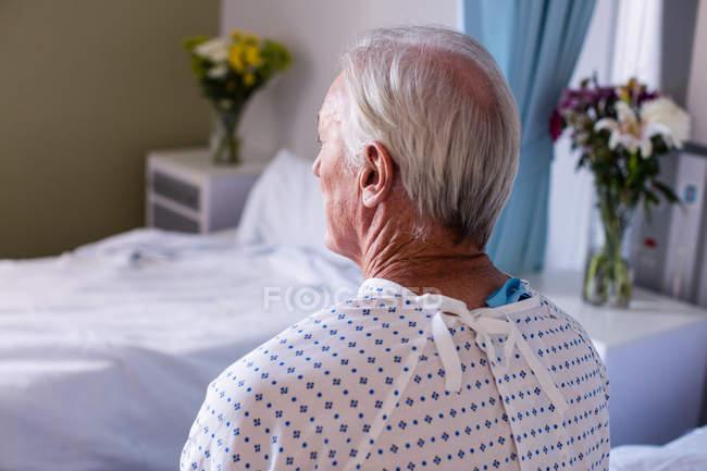 Nachdenkliche Seniorin auf der Station im Krankenhaus — Stockfoto