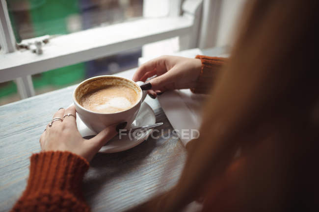 Close-up of woman holding coffee cup — Stock Photo