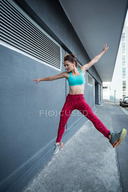 Woman practicing parkour on the street — Stock Photo