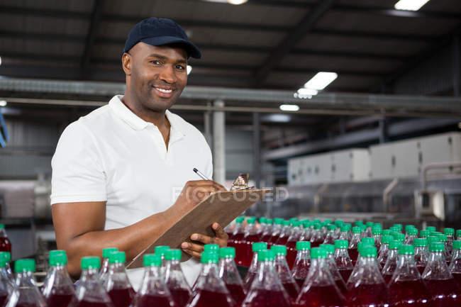 Портрет молодого мужчины, замеченного на соковом заводе — стоковое фото
