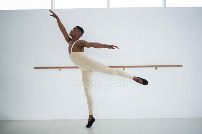 Ballerino practicing ballet dance in the studio — Stock Photo