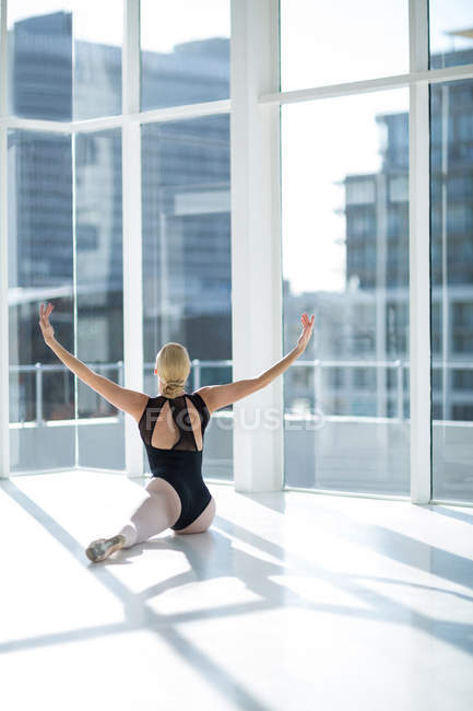 Ballerina performing a split in the studio — Stock Photo