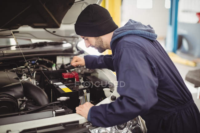 Mechanic servicing car at repair garage — Stock Photo