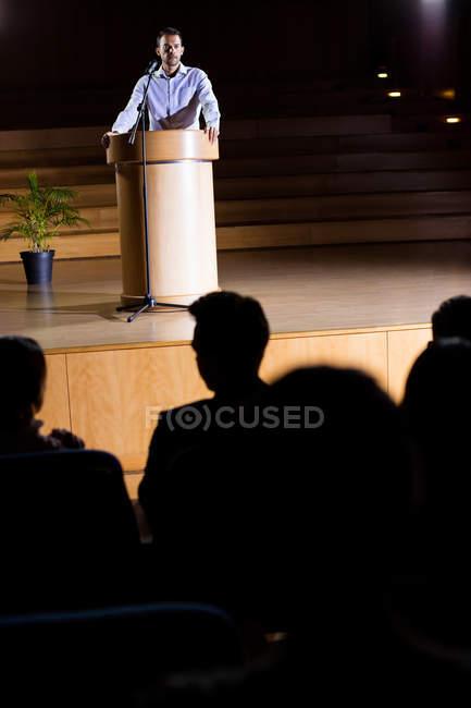 Executivo de negócios fazendo um discurso no centro de conferências — Fotografia de Stock