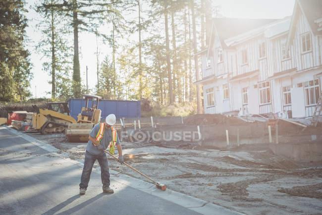 Будівництво працівник працює на будівельному майданчику у сонячний день — стокове фото