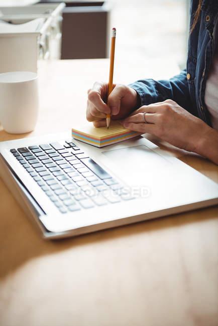 Seção intermediária de redação Executiva Empresarial em notas auto-adesivas no escritório — Fotografia de Stock