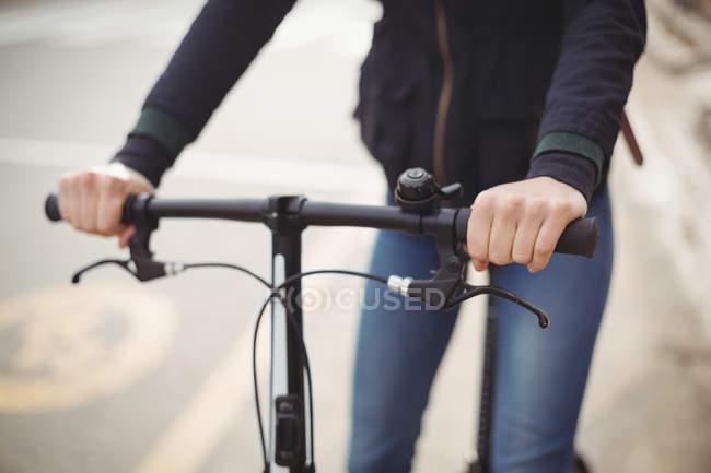 Средняя часть женщины на велосипеде — стоковое фото