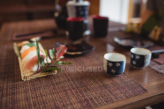 Sushi und Sake auf dem Tisch im Restaurant — Stockfoto