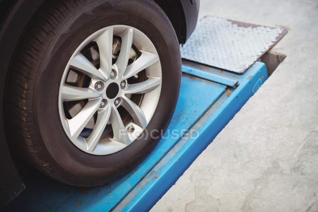 Roda de close-up de um carro na garagem de reparação — Fotografia de Stock
