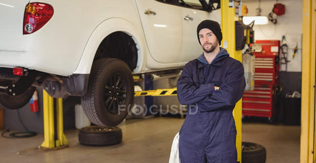 Porträt der Mechaniker stehend mit Arme gekreuzt in Werkstatt — Stockfoto