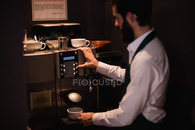Kellner, die Tasse Kaffee aus Espresso Maschine in bar — Stockfoto