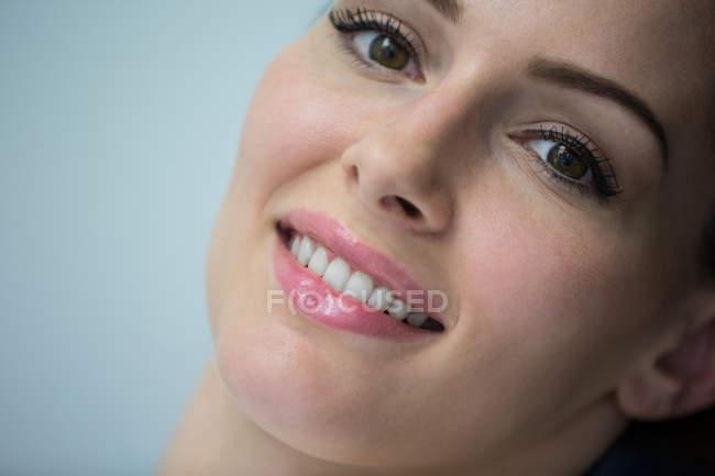 Close-up de mulher bonita na clínica odontológica — Fotografia de Stock