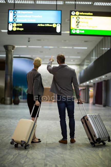 Section basse des hommes d'affaires marchant avec des bagages au terminal de l'aéroport — Photo de stock