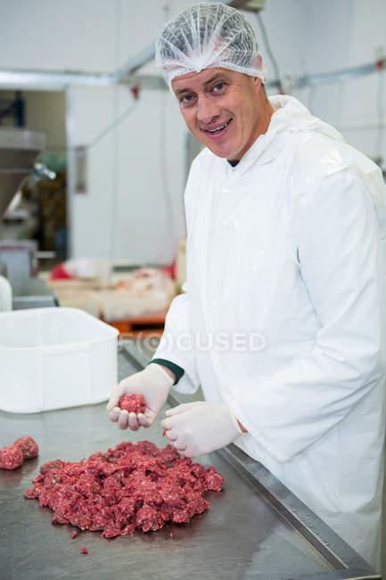 Портрет м'ясника, підготовка м'ясні кульки на заводі м'яса — стокове фото