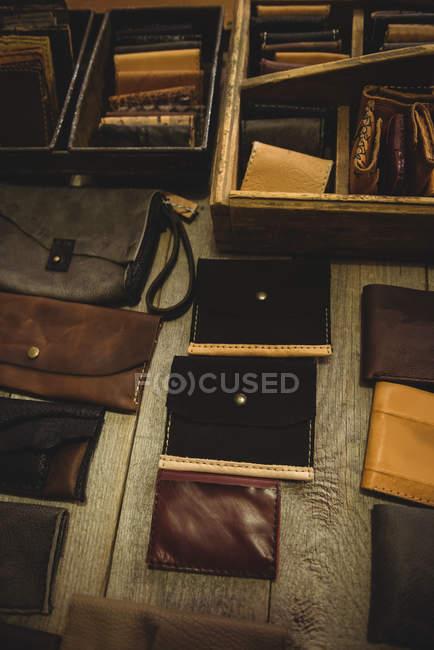 Vários acessórios de couro na mesa na oficina — Fotografia de Stock