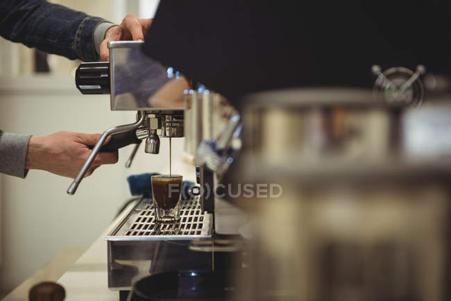 Mid section of man preparing coffee in the coffee shop — Stock Photo