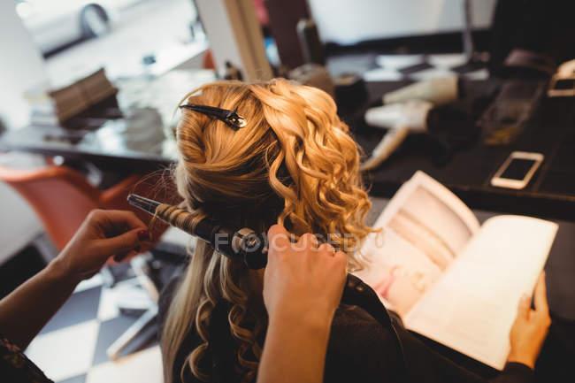 Femme coiffeur coiffure clients cheveux dans le saloon — Photo de stock