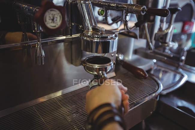 Офіціантка, проведення portafilter, наповнений меленої кави в кафе — стокове фото