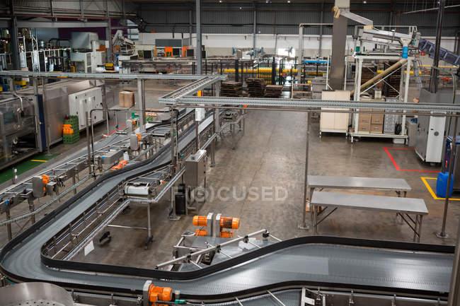 Высокий угол обзора производственных линий и оборудования на соковом заводе — стоковое фото