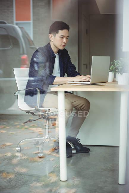 Бизнес-руководитель работает на ноутбуке в офисе — стоковое фото