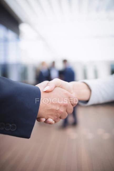 Крупный план деловых людей, пожимающих руки — стоковое фото