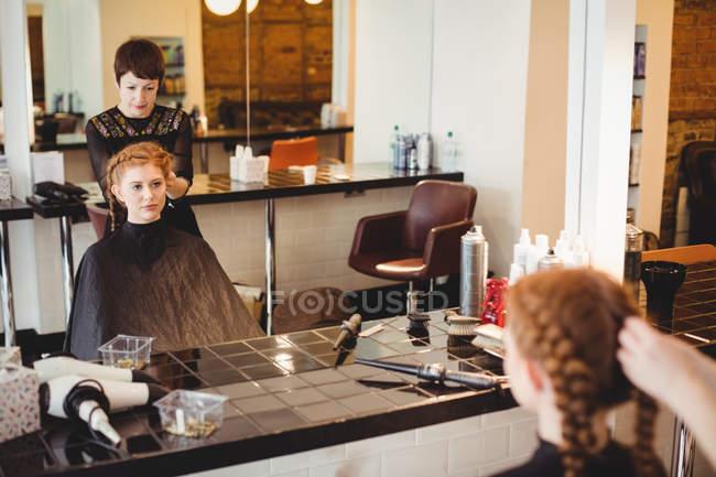 Cabeleireiro feminino styling clientes cabelo no salão — Fotografia de Stock