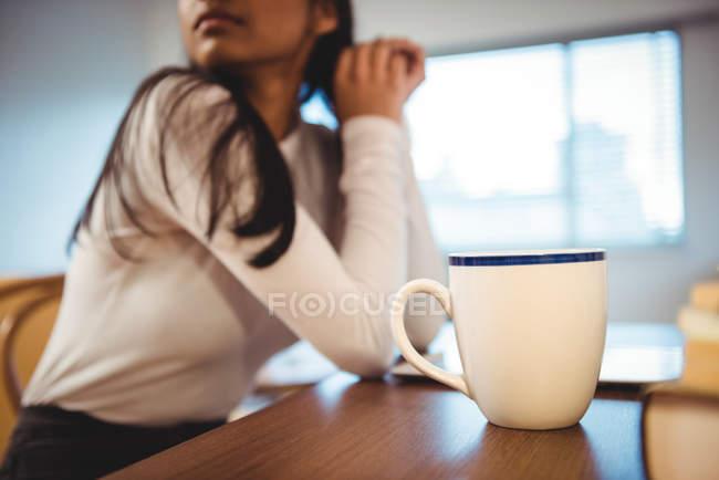 Donna che fa colazione in soggiorno a casa — Foto stock