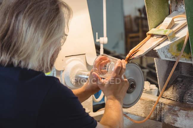 Митець полірування і шліфування скловиробів glassblowing заводу — стокове фото
