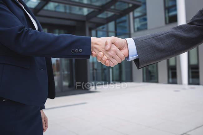 Закри бізнесменів рукостискань — стокове фото