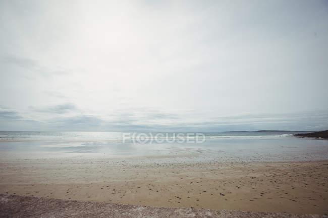Belle vue sur la plage de sable, mer et ciel — Photo de stock
