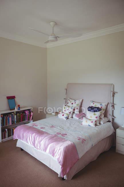 Cama vazia no quarto em casa — Fotografia de Stock