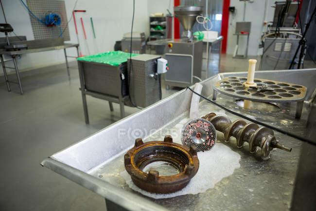 Fleischverarbeitungsmaschinen in der Fleischfabrik — Stockfoto