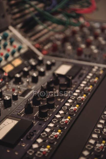 Primo piano del mixer in uno studio — Foto stock