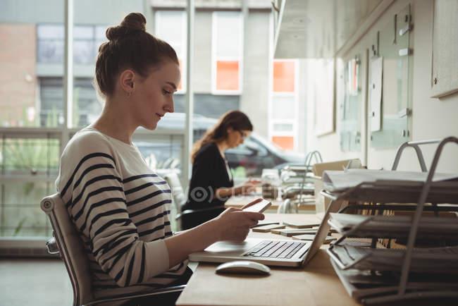 Бизнес-директор смотрит на каменную плиту в офисе — стоковое фото