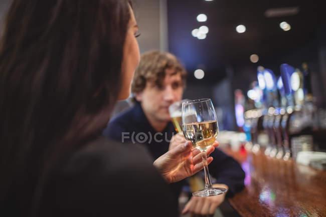 Пара займається напої разом в бар — стокове фото
