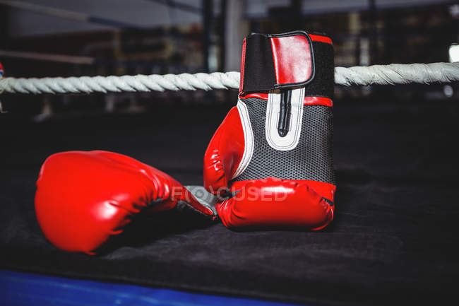 Paar rote Boxhandschuhe im Boxring — Stockfoto