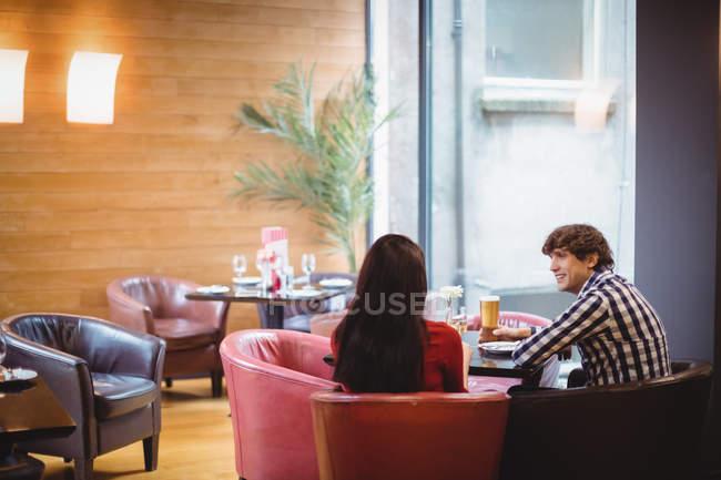 Paar trinkt gemeinsam in Restaurant — Stockfoto
