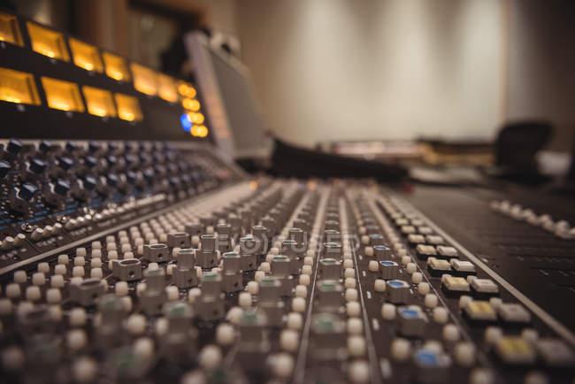 Крупный план звукозаписи в профессиональной студии — стоковое фото