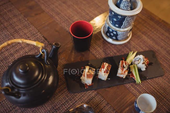 Sushi auf Serviertablett im Restaurant — Stockfoto