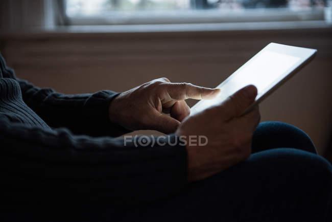 Metà sezione dell'uomo utilizzando tablet digitale a casa — Foto stock