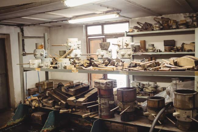 Форми металеві для glassblowing, розташовані на полиці на заводі glassblowing — стокове фото