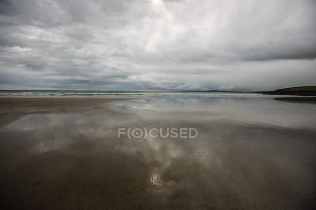 Vue de la plage avec nuageux sournois — Photo de stock