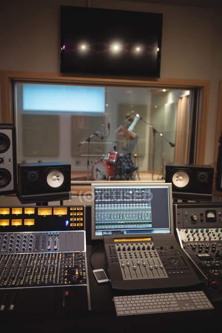 Misturador de som em um estúdio de gravação — Fotografia de Stock