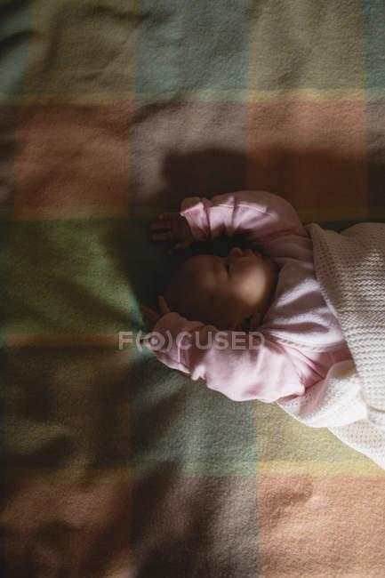 Lindo bebé durmiendo en el dormitorio en casa - foto de stock